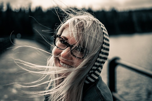 žena se směje