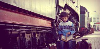 dítě u vlaku