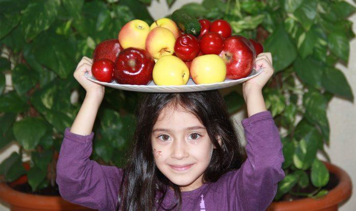 dítě a ovoce